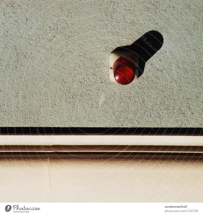 Red Nose Day Wand Haus Lampe graphisch rot schwarz grau beige modern Farbe Signal Schatten Linie