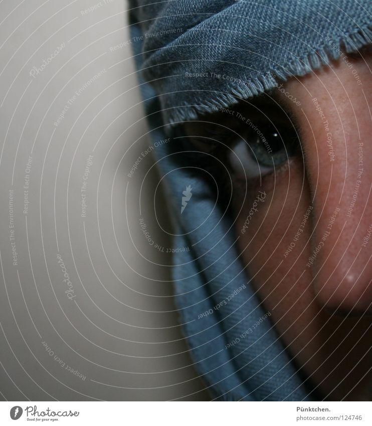 Hübsch verpackt Frau Mensch blau grün schwarz Auge Wand Kopf grau Haut Nase Hautfalten verstecken Wange Wimpern Tuch