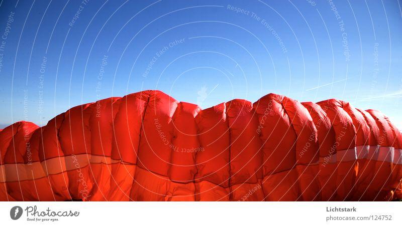 luft rein Himmel blau rot Farbe Sport Spielen Freiheit Wärme Luft Kraft Wind fliegen Beginn Fallschirm Freizeit & Hobby