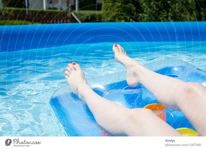 Hitzefrei Reichtum Stil Freude schön Nagellack Wellness Erholung Schwimmbad Sommerurlaub Junge Frau Jugendliche Beine 1 Mensch 18-30 Jahre Erwachsene Wasser