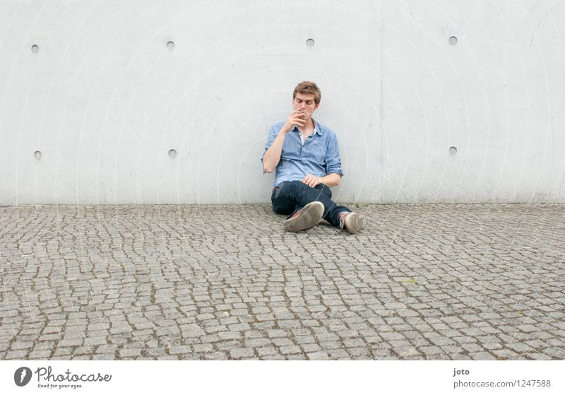 one smoke Mensch Jugendliche Mann Stadt Erholung Einsamkeit ruhig 18-30 Jahre Erwachsene Wand Zufriedenheit sitzen warten genießen Lebensfreude Coolness