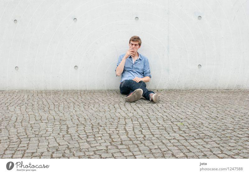 one smoke Mensch Mann Erwachsene 18-30 Jahre Jugendliche 30-45 Jahre Hemd genießen Rauchen sitzen Coolness Zufriedenheit Einsamkeit Gelassenheit Lebensfreude