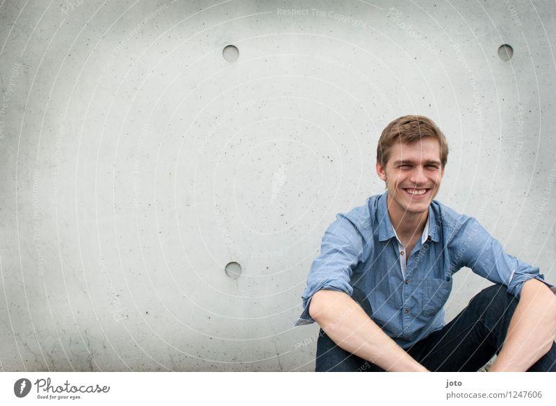 :) Mensch Jugendliche Mann Stadt Freude 18-30 Jahre Erwachsene Wand Leben natürlich Glück lachen Business maskulin Zufriedenheit sitzen