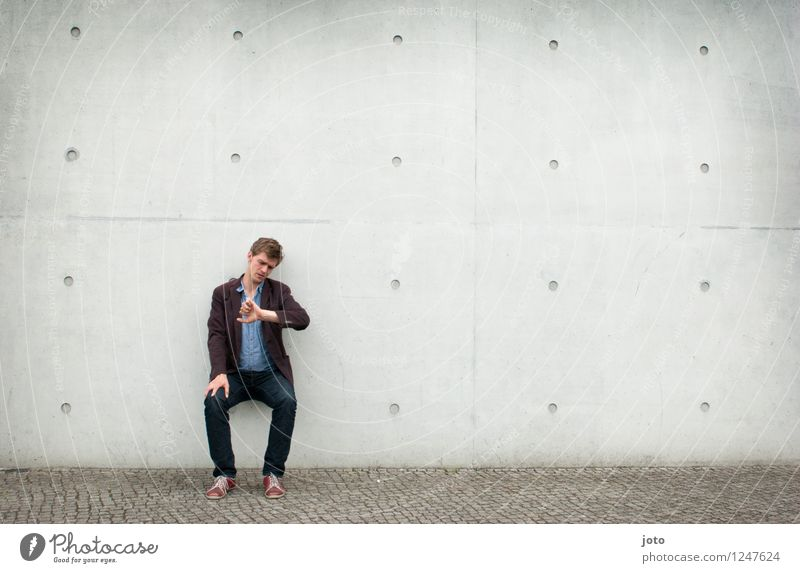 warten. Mensch Jugendliche Mann Stadt Einsamkeit 18-30 Jahre Erwachsene Wand Zeit Business Uhr sitzen Zukunft Vergänglichkeit Coolness