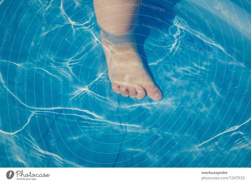 swimming pool Mensch Kind Ferien & Urlaub & Reisen Sommer kalt Junge Spielen Beine Garten Schwimmen & Baden Lifestyle Fuß Freizeit & Hobby Tourismus Wellen Kindheit