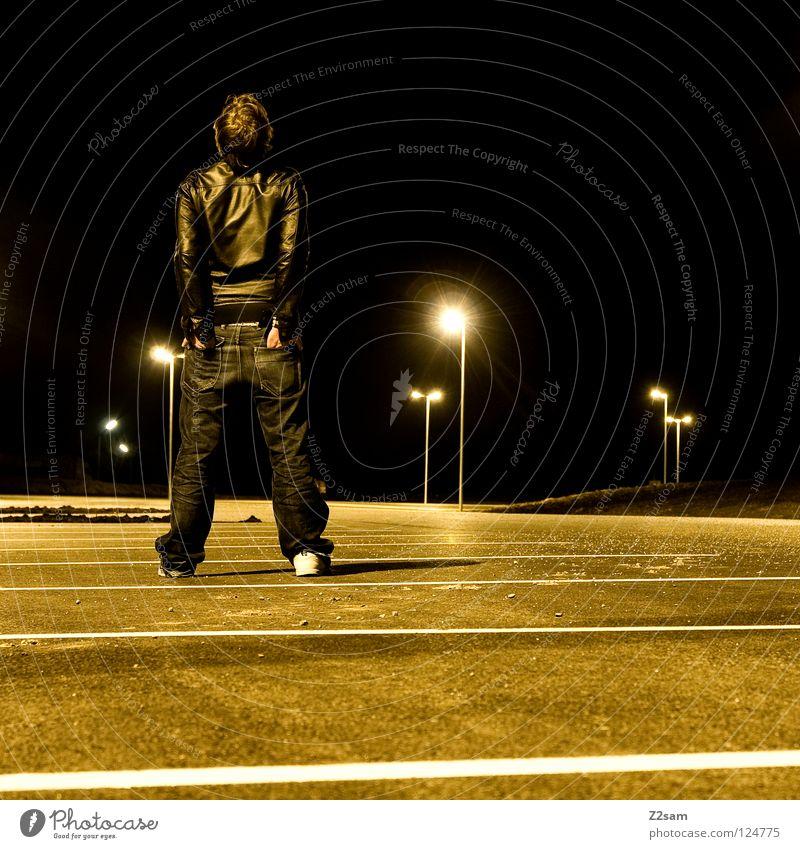 nachtmensch parken Parkplatz Licht Langzeitbelichtung Laterne gelb schwarz Nachthimmel glänzend stehen Lederjacke Mann maskulin Stil lässig Nachteule parking
