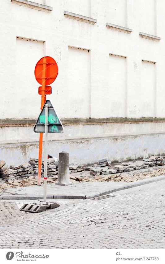endwarnung Wand Straße Wege & Pfade Mauer Stein orange Verkehr Schilder & Markierungen Hinweisschild Baustelle Wandel & Veränderung Verkehrswege Kopfsteinpflaster Handwerk bauen Straßenverkehr