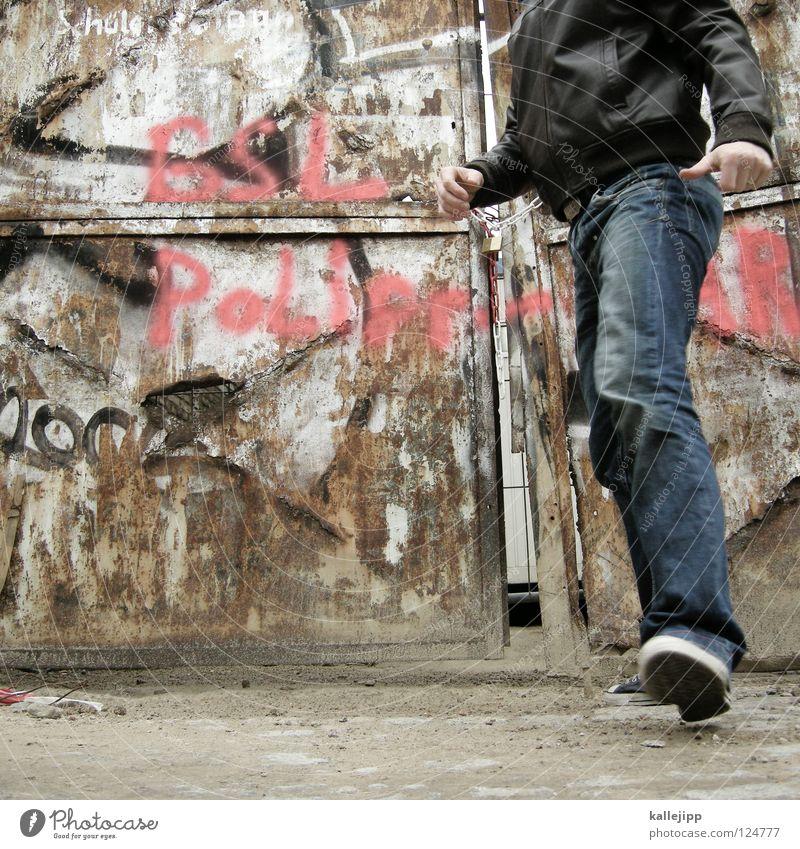 i´m going home Mensch Mann alt gehen Tür Jeanshose verfallen Tor Stahl Rost Verfall Dynamik schäbig Eisen Ereignisse Momentaufnahme