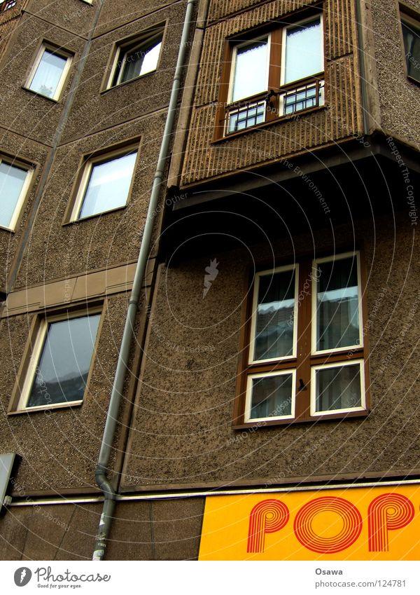 Pop-Platte Popmusik Plattenbau Fassade Fenster Beton Wohnung Haus Fensterrahmen Fuge Osten Berlin grau gelb Ladengeschäft Siebziger Jahre retro Glas