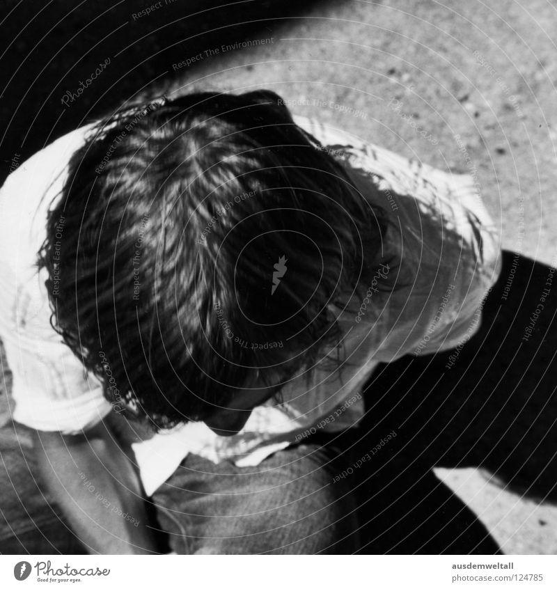 Kopflastig Mensch Mann weiß Sommer oben Wärme Haare & Frisuren Denken sitzen Beton maskulin Bodenbelag Jeanshose Physik Konzentration Hemd