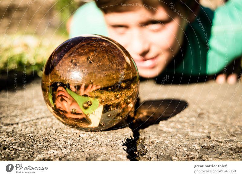 Der Beobachter Mensch Kind Natur grün Sommer gelb Junge liegen maskulin gold Glas Kindheit Lächeln beobachten Schönes Wetter Bodenbelag