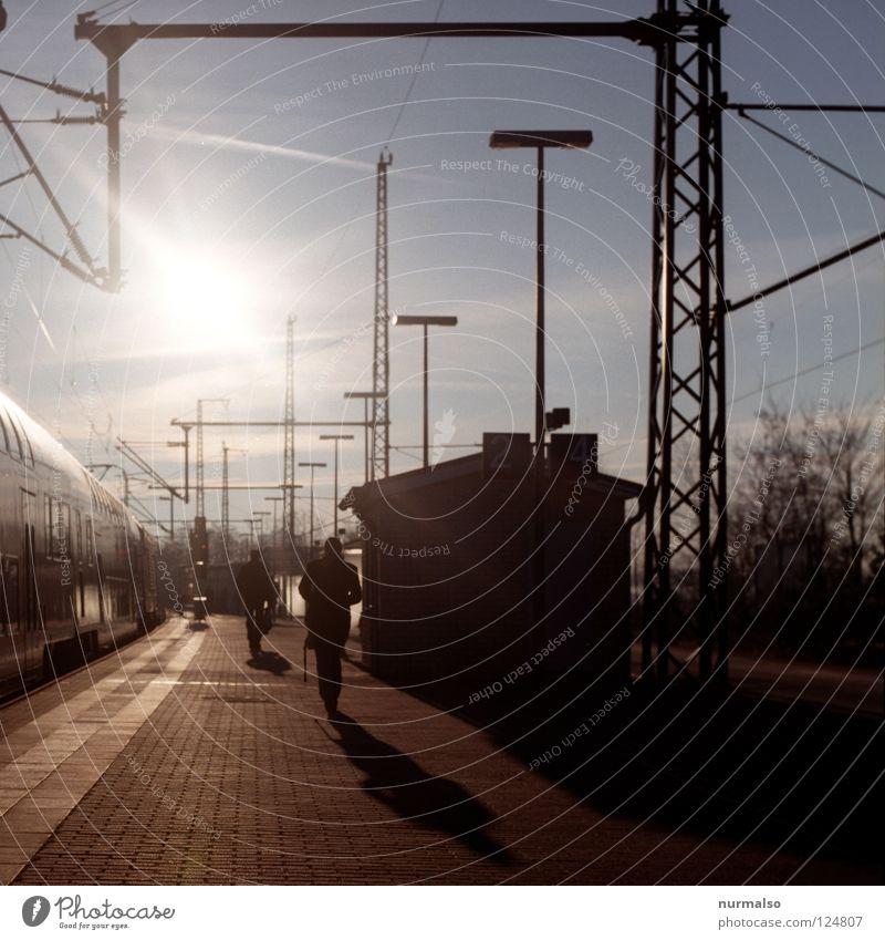 Ankunft im Morgen Halt gehen Bahnsteig Eisenbahn Elektrizität Licht aufgehen Haus schön lang Fernweh Arbeit & Erwerbstätigkeit Arbeitsweg Potsdam Park Tourist