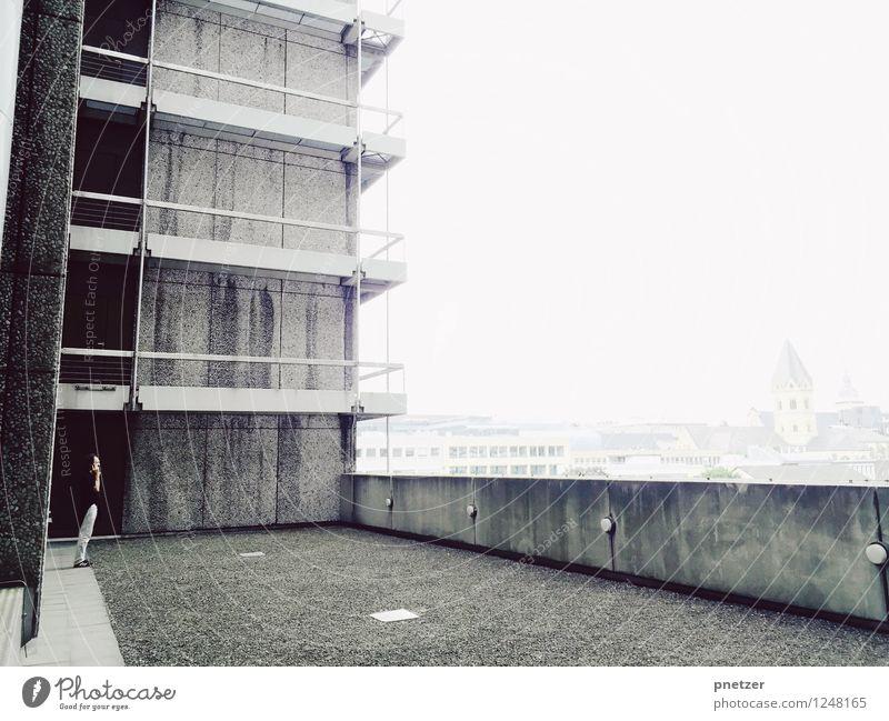 Auszeit Mensch Mann Stadt Einsamkeit Haus Erwachsene Wand Gefühle Mauer Arbeit & Erwerbstätigkeit maskulin trist Körper Hochhaus Beton Dach