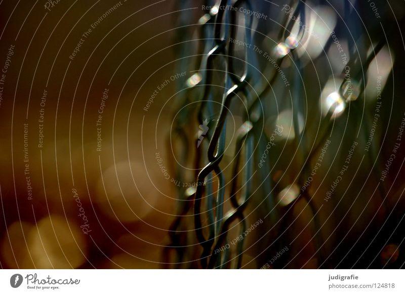 Maschendraht Natur Farbe dunkel Linie Sicherheit verfallen Zaun Grenze Neigung Barriere Draht Verbote gekrümmt Grundstück Maschendraht