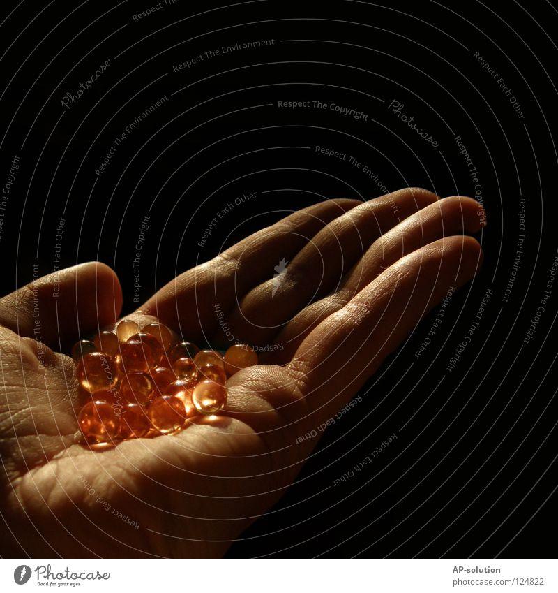 *Mein Schatz* Hand Finger Handfläche dunkel gruselig gefährlich bedrohlich Falte Identität Makroaufnahme Wahrsagerei obskur skurril Perle rund Warme Farbe