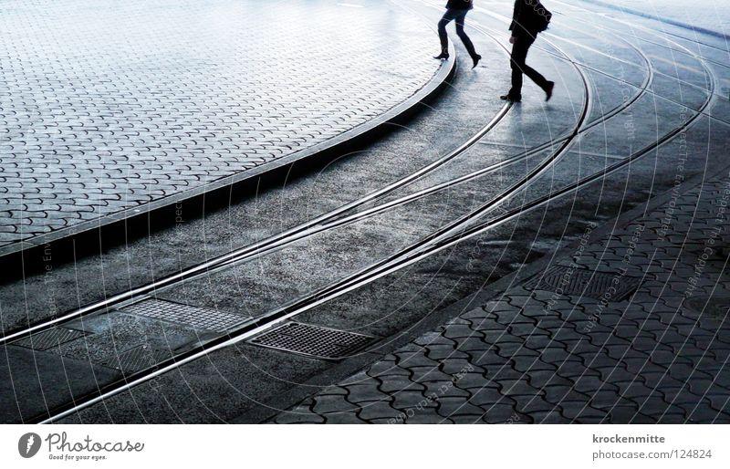 Zürcher Morgen Straßenbahn Fußgänger Überqueren Gleise Öffentlicher Personennahverkehr Schweiz Rucksack Pendler gehen Verkehrswege Zürich Mensch ÖV blau