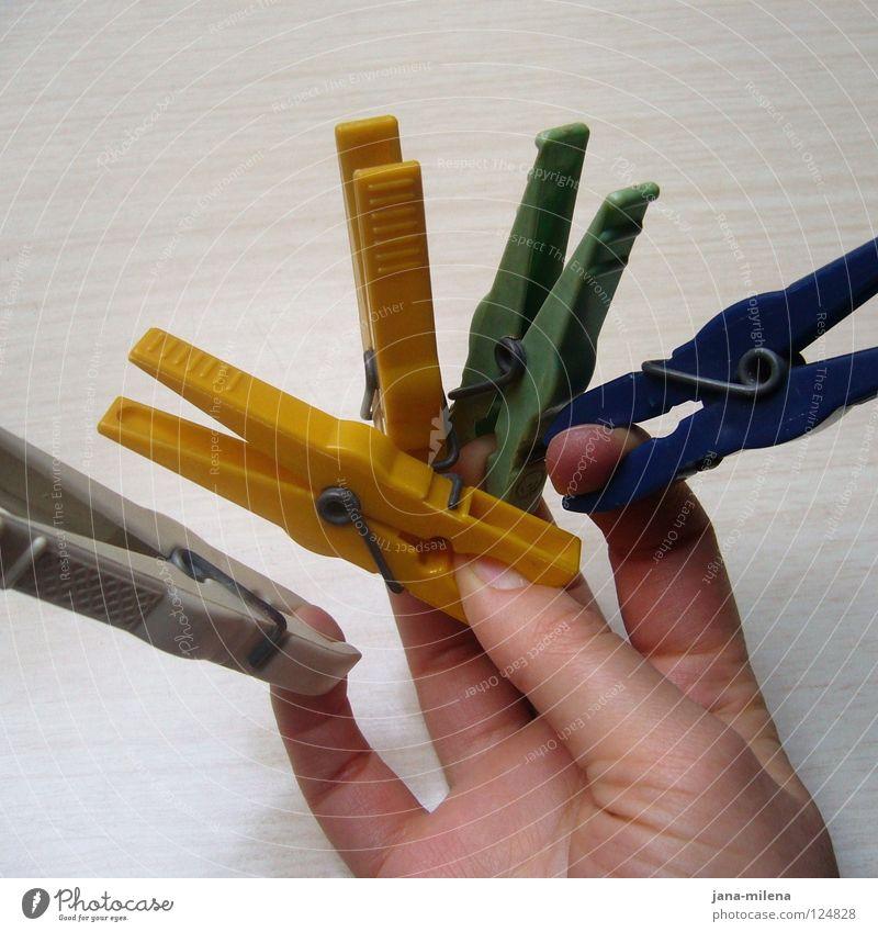 Klammer doch nicht so! blau Hand weiß grün gelb Freiheit Arbeit & Erwerbstätigkeit Finger Bad Schmerz Statue Handwerk Partnerschaft Wäsche gefangen Haushalt