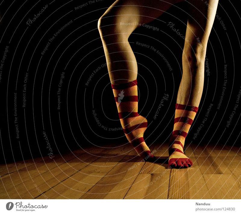 La danse des chaussettes | rot-orange Strümpfe Ringelsocken Kniestrümpfe gestreift Balletttänzer Parkett Bühne dunkel Scheinwerfer Tanzen Low Key