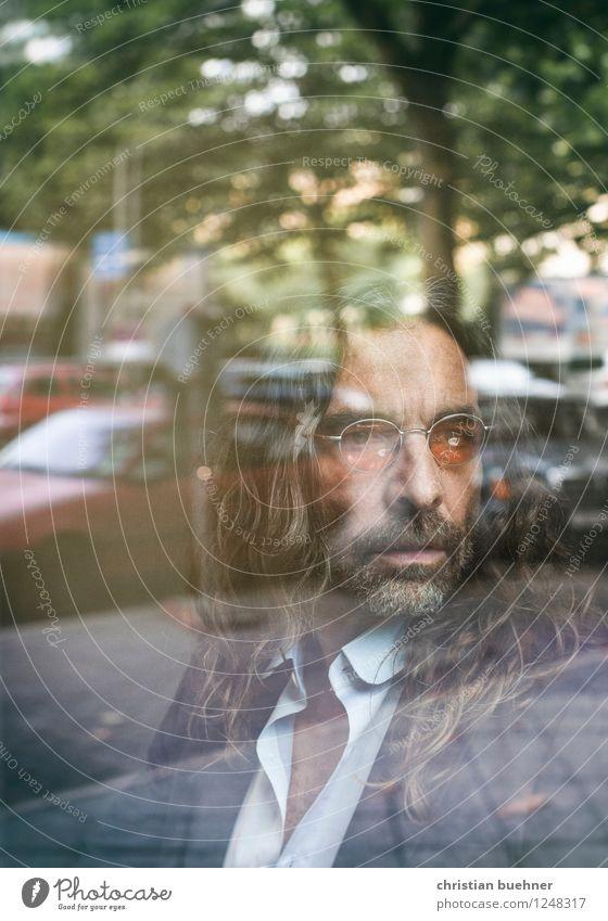 Hinter Glass maskulin 1 Mensch 45-60 Jahre Erwachsene langhaarig Dreitagebart Blick sitzen träumen warten elegant Erfolg einzigartig seriös Coolness Kraft