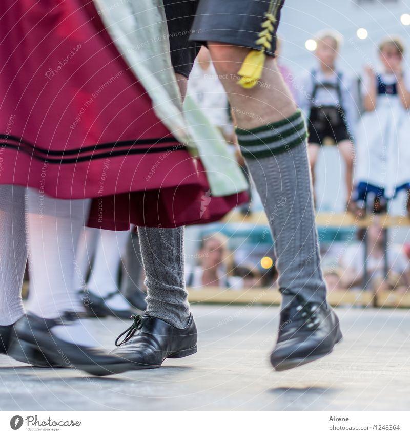Schwingerklub mit Nachwuchs Mensch Kind Mädchen Junge Frau Erwachsene Mann Beine Fuß Wade 4 Kleid Strümpfe Kniestrümpfe Trachtenkleid Krachlederne Shorts Schuhe