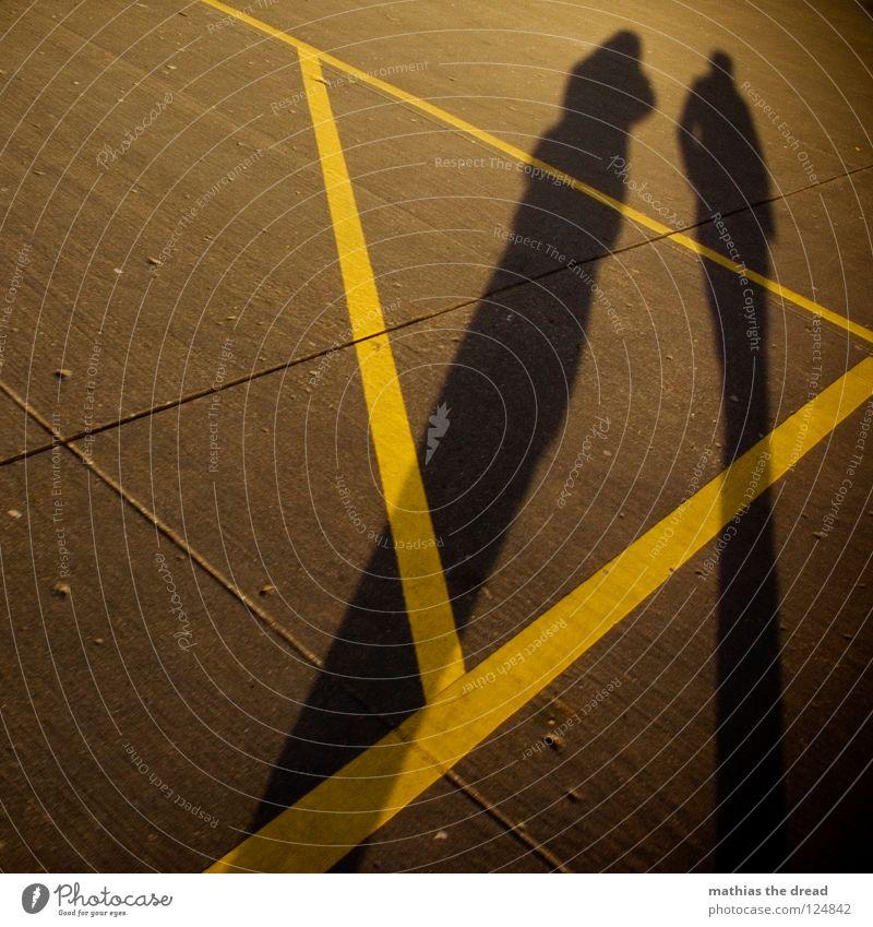 ATZE+ISCHE gehen Beton hart unbequem gelb Dreieck Geometrie Furche Sonnenlicht Schatten Zusammensein lang Linie Streifen Eigelb Mann Frau maskulin dunkel