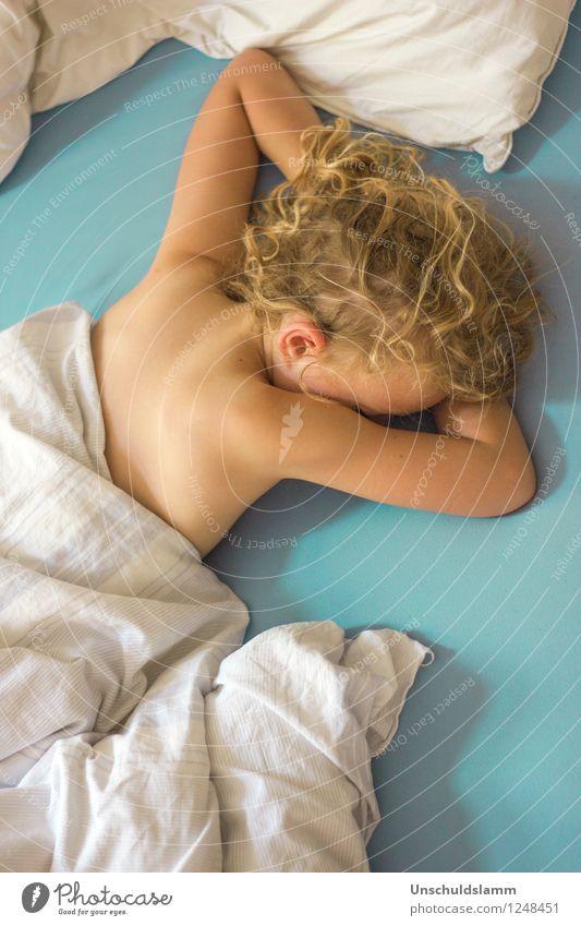 Morgens um fünf Lifestyle Haut Häusliches Leben Wohnung Bett Kindererziehung Wissenschaften Kindergarten Schulkind Mensch Mädchen Kindheit 3-8 Jahre schlafen