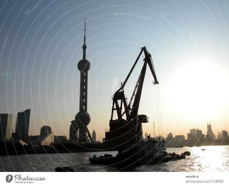 Shanghai Hafen China Asien Dämmerung Kran Fluss Wasser Stadt