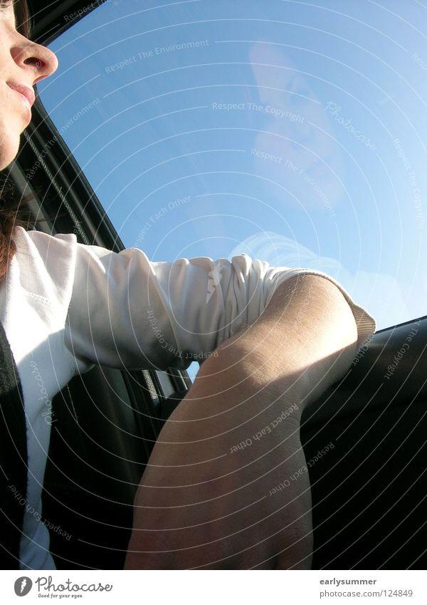 Was bringt die Zukunft? Frau Himmel Jugendliche Hand blau Gesicht PKW Denken Arme warten Nase Hoffnung fahren Autofenster Wunsch Sehnsucht