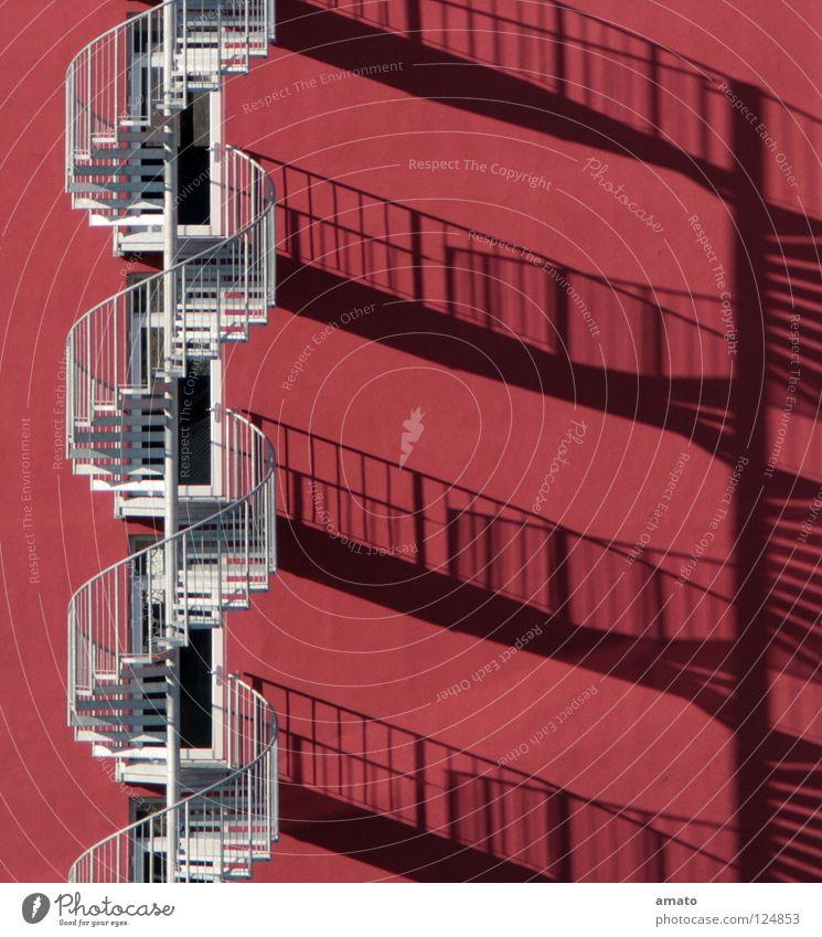 Hotel Silhouette Wendeltreppe rot Wand Sonnenstand Rettung alufarben inflationärer Farbton