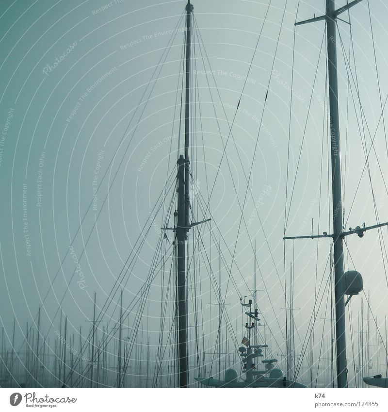NEBEL II Nebel Wassertropfen kondensieren Segelboot Wasserfahrzeug Mast Segeln kommen wegfahren gehen Wasserdampf Ferne Durchblick Schleier Nebelbank diffus