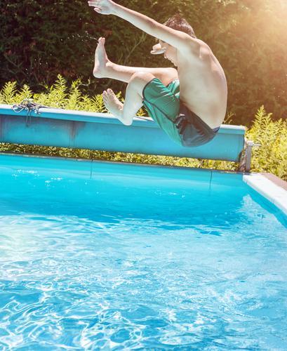 Jump ins Wasser Lifestyle Sommer Sonne Schwimmbad Kind Junge Sonnenlicht fliegen Sport springen ästhetisch sportlich authentisch nass positiv blau Lebensfreude
