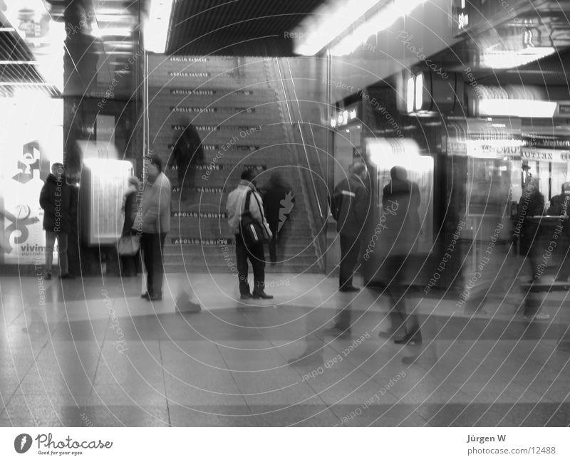 im Bahnhof 2 Unschärfe diffus Langzeitbelichtung Mensch Schwarzweißfoto Treppe Eile humans railway-station stairs hurries