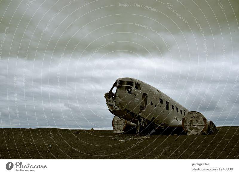 Island Natur Wolken Klima Verkehr Verkehrsmittel Luftverkehr Flugzeug Flugzeugwrack alt außergewöhnlich bedrohlich dunkel gruselig kaputt wild Stimmung