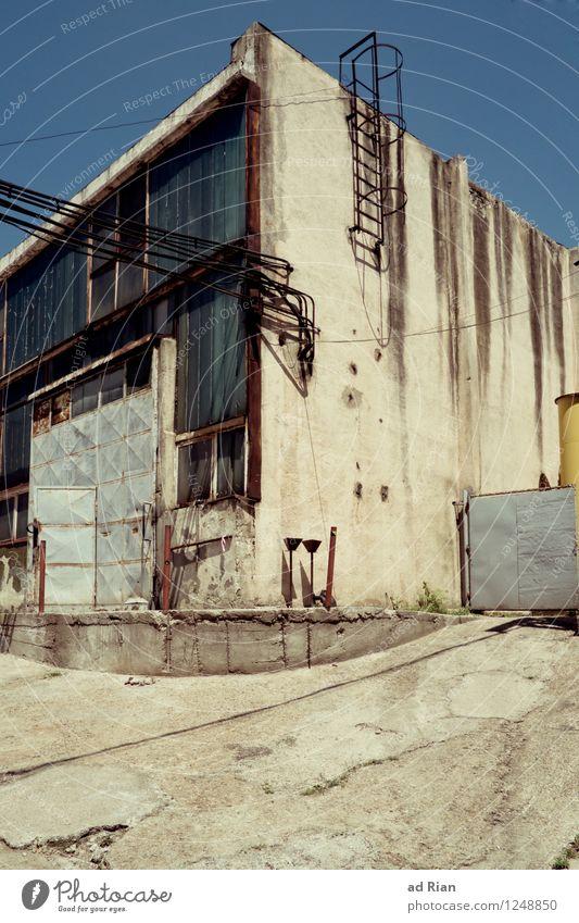 Dying World alt Fenster Umwelt Wand Architektur Gebäude Mauer Fassade Arbeit & Erwerbstätigkeit Armut Warmherzigkeit Schönes Wetter Industrie historisch Bauwerk