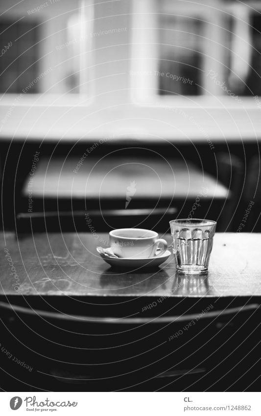 im café Getränk Heißgetränk Trinkwasser Kaffee Tasse Glas Stuhl Tisch Pause Café Restaurant Schwarzweißfoto Innenaufnahme Menschenleer Tag