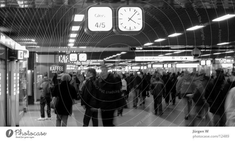 im Bahnhof 3 Uhr Langzeitbelichtung Mensch Schwarzweißfoto Berufsverkehr Düsseldorf Eile humans railway-station watch hurries