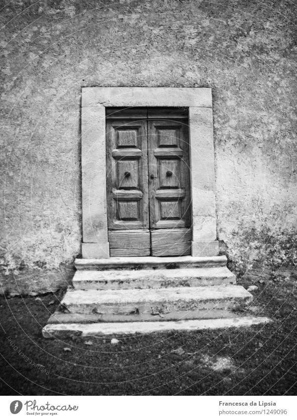 Irgendwo in den Italienischen Bergen Kleinstadt Menschenleer Kirche Architektur Mauer Wand Fassade Tür Stein Holz alt historisch Ewigkeit Frieden geheimnisvoll