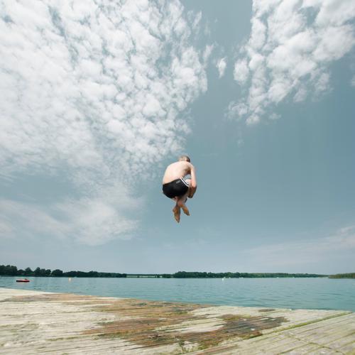 Mann springt ins wasser Lifestyle Freizeit & Hobby Spielen Feste & Feiern Sport Wassersport Schwimmen & Baden Mensch Junge Kindheit Leben Körper Haut 1