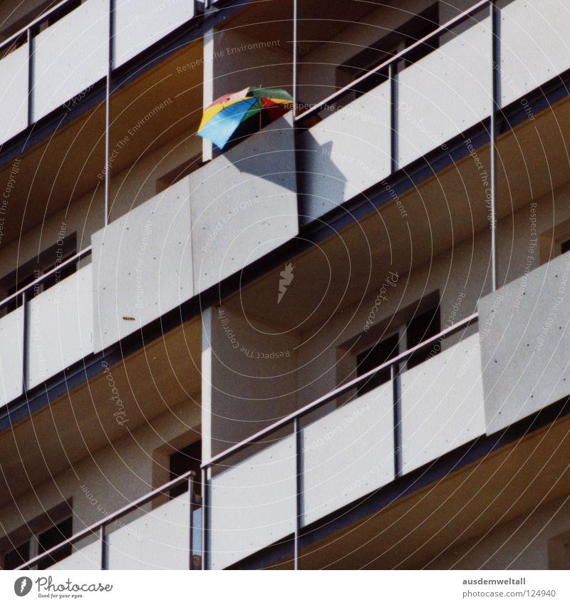 Der Schirm Haus Hochhaus Balkon Plattenbau Leipzig mehrfarbig grau Sommer Physik Stadt graphisch analog modern Farbe Regenschirm Schatten Wärme minmal Scan