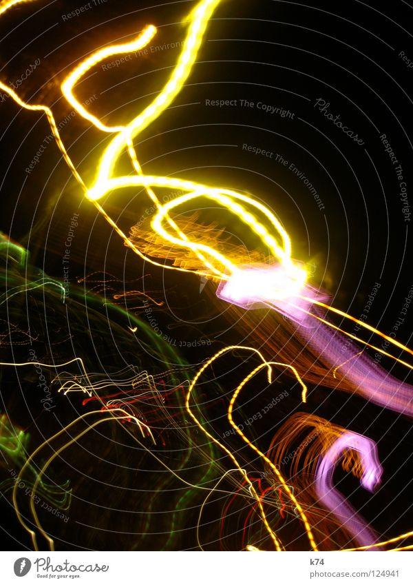 cle. Licht mehrfarbig Lichtstreifen Kunstlicht Lichtspiel Nacht dunkel schwarz Beleuchtung Langzeitbelichtung Club Lichtstrahl Farbe Bewegung glow