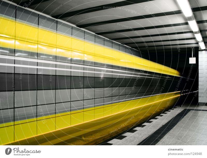 Bitte beachten Sie die Lücke zwischen Zug und Bahnsteigkante! Stadt gelb Bewegung Berlin Verkehr Geschwindigkeit Eisenbahn Güterverkehr & Logistik fahren