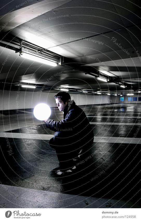 küglein, küglein... Mann Kerl Garage Tiefgarage Untergrund unten dunkel Leuchtstoffröhre Beton kalt Winter Beschriftung Parkplatz erleuchten Erkenntnis Schuhe