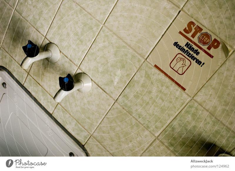 Hygiene geht vor - 350 Wasser Hand weiß kalt Wand Gesundheit nass Hinweisschild Reinigen Bad Sauberkeit stoppen Dorf Fliesen u. Kacheln Toilette Erfrischung