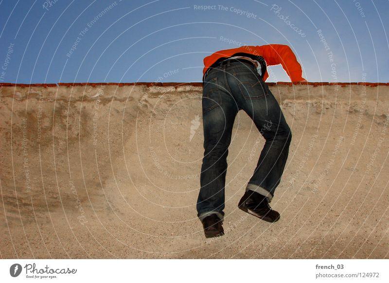 Prison break Mensch Himmel Mann blau rot schwarz Erholung Ferne gelb Wand oben Bewegung Freiheit Mauer springen orange