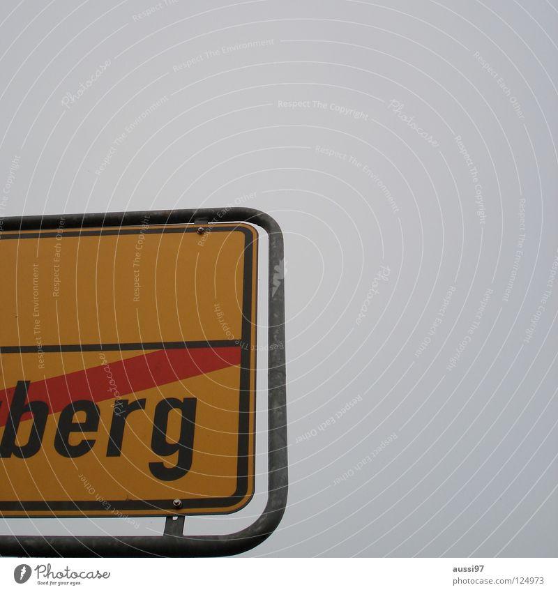 Destination Nirgendwo wohin Ortseingang Straßennamenschild Hinweisschild Nirwana Dorf Ortsausgang Berge u. Gebirge stadtauswärts stadteinwärts