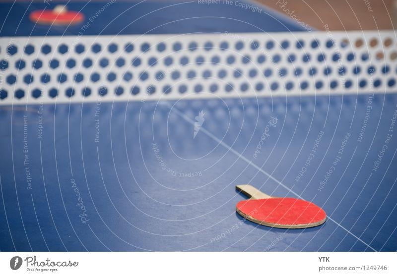 Red vs. Red Sport Ballsport Erfolg Verlierer Sportstätten Tischtennis Tischtennisplatte Tischtennisschläger Kontrast rot Warnfarbe Netz Konkurrenz