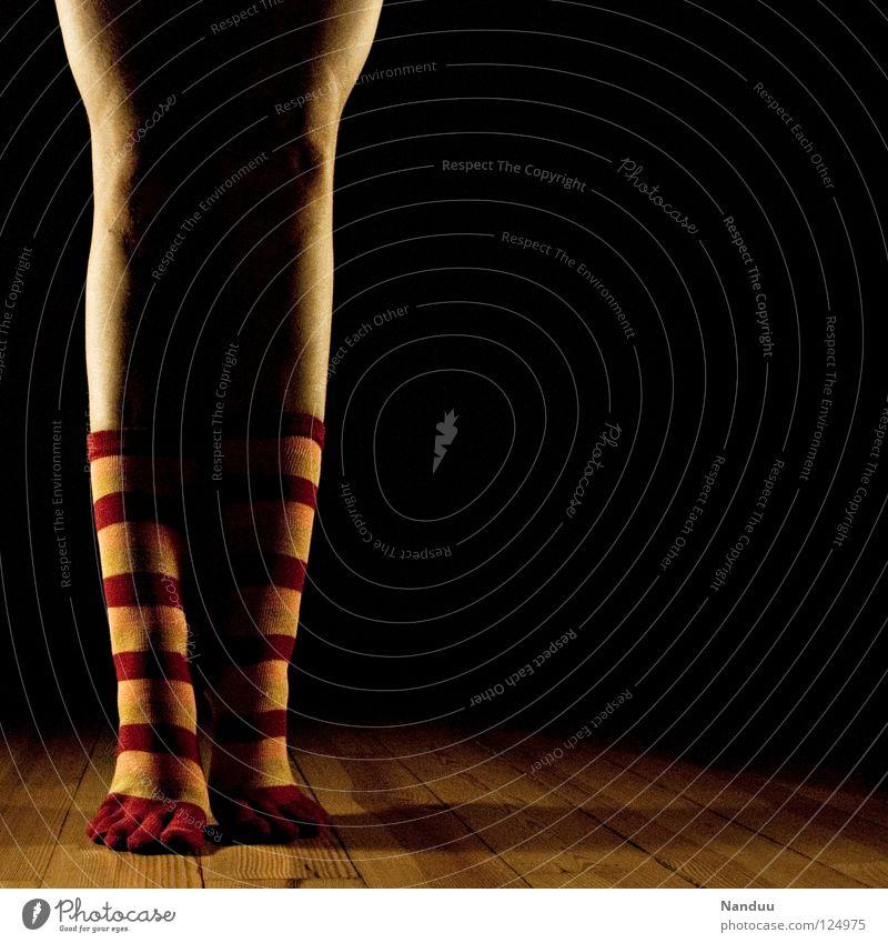 La danse des chaussettes | ZehnZehen Strümpfe Ringelsocken Kniestrümpfe gestreift Beine Fuß Tanzen Balletttänzer Bodenbelag Parkett Bühne dunkel Scheinwerfer