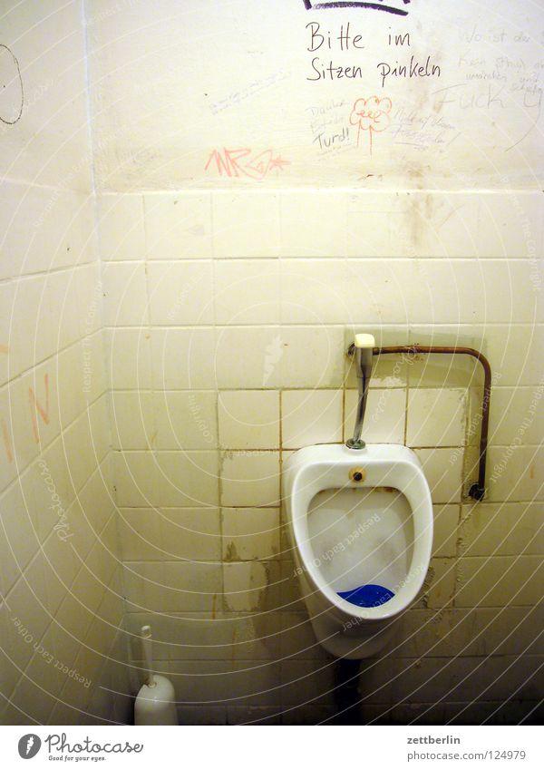 Bremen Toilettenbürste Pissoir Sanitäranlagen Installationen Kritzelei Detailaufnahme Bad obskur Becken Fliesen u. Kacheln Wasser grafito grafitti