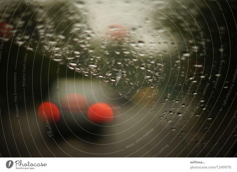 Autofahren im Regen Windschutzscheibe nass Verkehr Wassertropfen Wetter schlechtes Wetter Straße PKW dunkel Rücklicht Regentag Herbstwetter Novemberstimmung