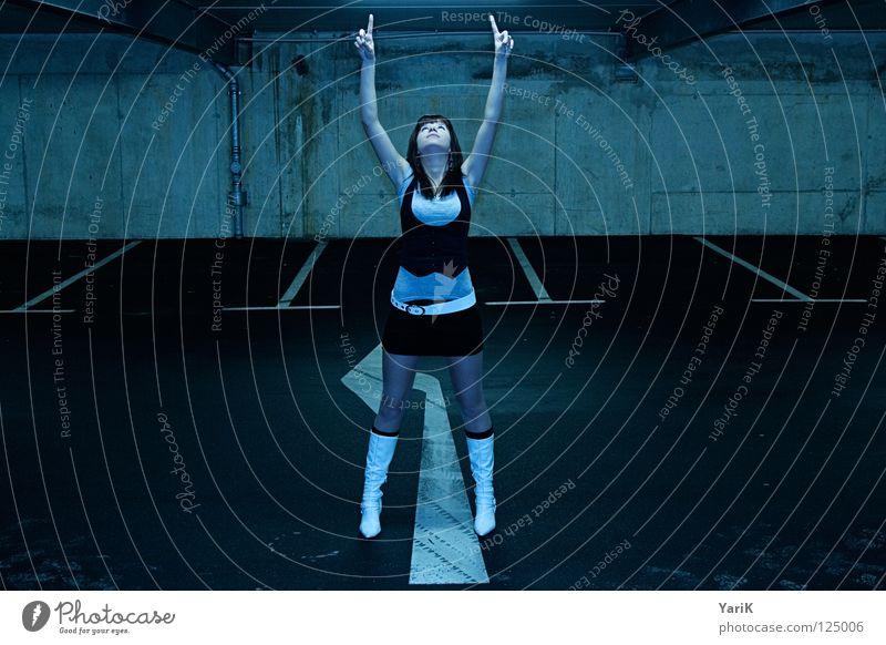 supergirl Parkhaus Parkdeck parken Garage Tiefgarage Beton Asphalt Wand Parkplatz Frau feminin schön Ferne beobachten Langeweile Schuhe Stiefel Minirock